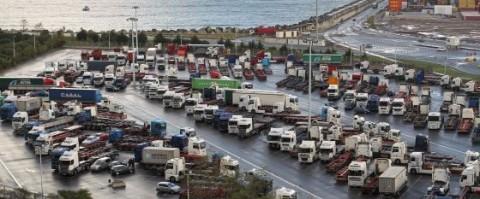 Camiones parados en el puerto de Bilbao con motivo de la huelga
