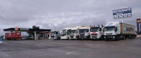 Aparcamiento en gasolinera de carretera en Antequera