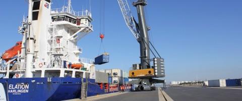 Carga de contenedores en el puerto de Huelva