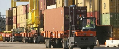 transporte de contenedores en el puerto de Valencia