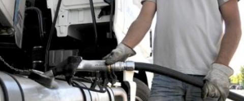 repostaje de gasóleo en un camión