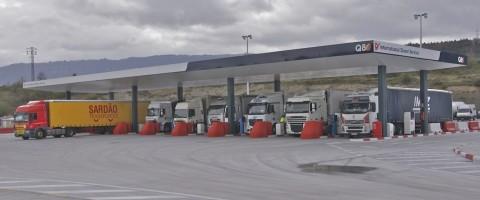 Camiones repostando combustible en una EESS estacion de servicio