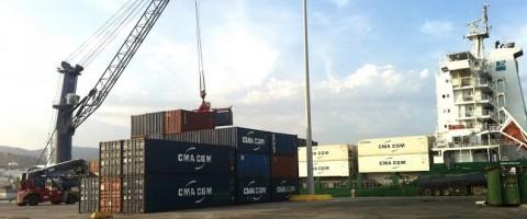 El DS Acuracy descargando contenedores en el muelle de poniente del puerto de Almeria