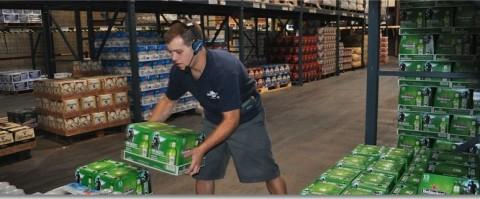 Trabajador en un almacen en labores de picking