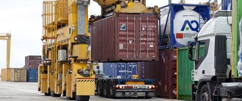 Descarga de contenedores en los muelles del puerto de Tarragona