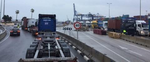 Colas para entrar en la terminal TCV en el puerto de Valencia