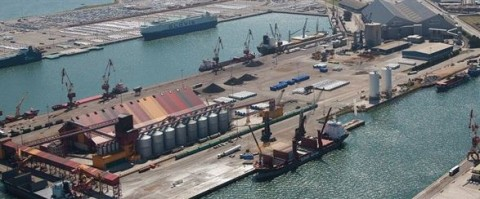 Terminal de graneles de Noatum en el puerto de Santander.