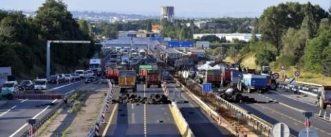 Los ganaderos franceses mantienen bloqueadas las carreteras con sus tractores