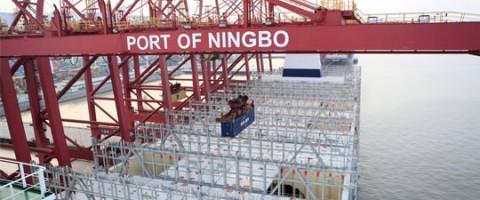 Portacontenedores de CMA CGM en el puerto de Ningbo, China