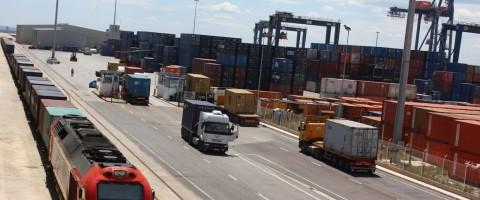 Terminal de contenedores en el puerto de Castellon con vias de ferrocarril