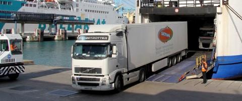 Camiones desembarcando-embarcando en la línea Algeciras-Tánger Med