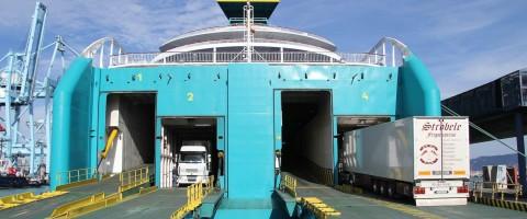 Camiones desembarcando-embarcando en la línea Algeciras-Ta‡nger Med