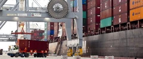 Desestiba de contenedores en el puerto de Tarragona