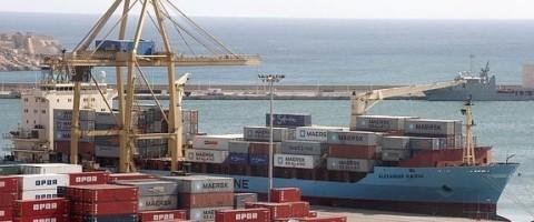 Manipulación de contenedores en el puerto de Cartagena
