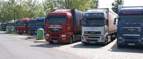 camiones aparcados en una autopista en Alemania