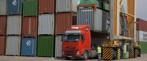 transporte de contenedors en el puerto de Valencia
