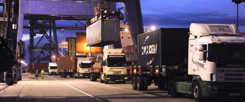 Camiones en puerto Bilbao, cargando contenedores en terminal