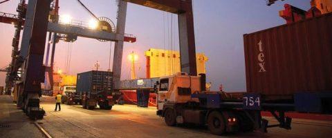 Buque cargando contenedores en el puerto de Bilbao.