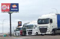 camiones aparcados en gasolinera EESS Repsol aparcamiento