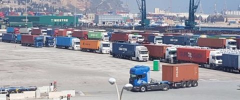 colas-de-camiones-en-el-puerto-de-barcelona