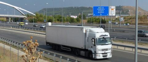 camion camiones transporte carretera frigo blanco con Renault Midlum en N2 a su paso por Torrejon y cartel Guadalajara