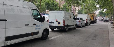 furgonetas aparcadas Barcelona distribución urbana vehículos comerciales