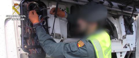 guardia-civil-investigando-can-bus-tractora-camion