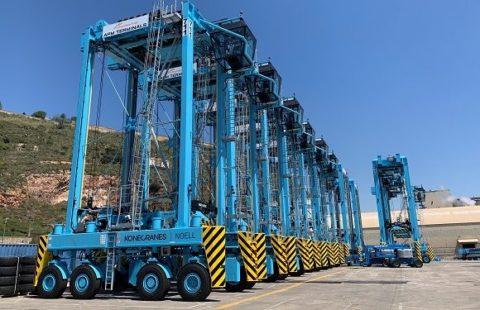 straddle-carriers-de-apm-terminals-en-el-puerto-de-barcelona