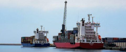 Portacontenedores en el puerto de Almeria