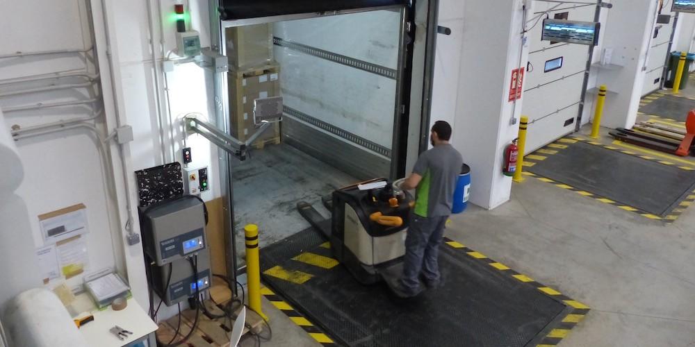 Retrocede el volumen de autorizaciones de trabajo para extranjeros en  logística y transporte - Cadena de Suministro