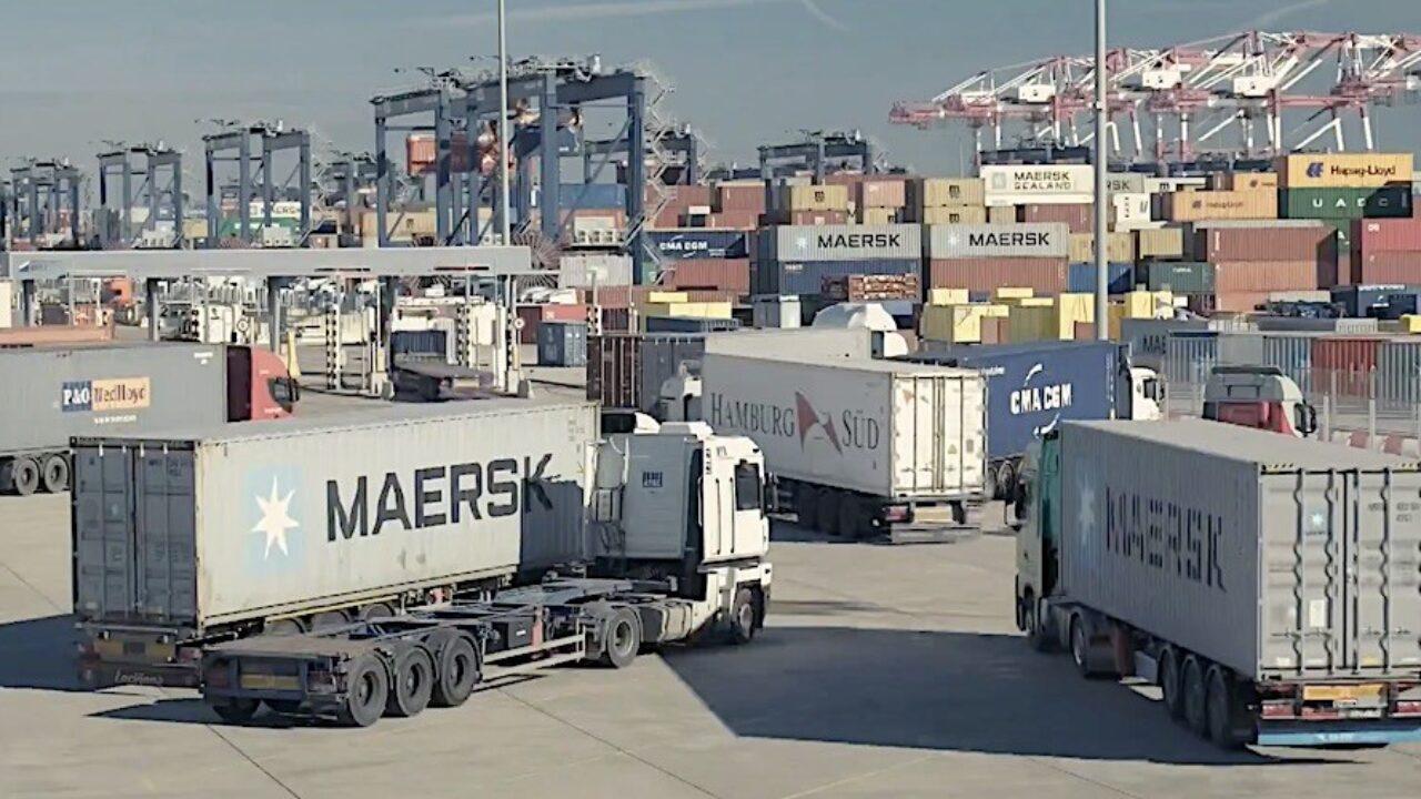 Resultado de imagen de El puerto de Barcelona desarrolla una app para gestionar el transporte terrestre de contenedores