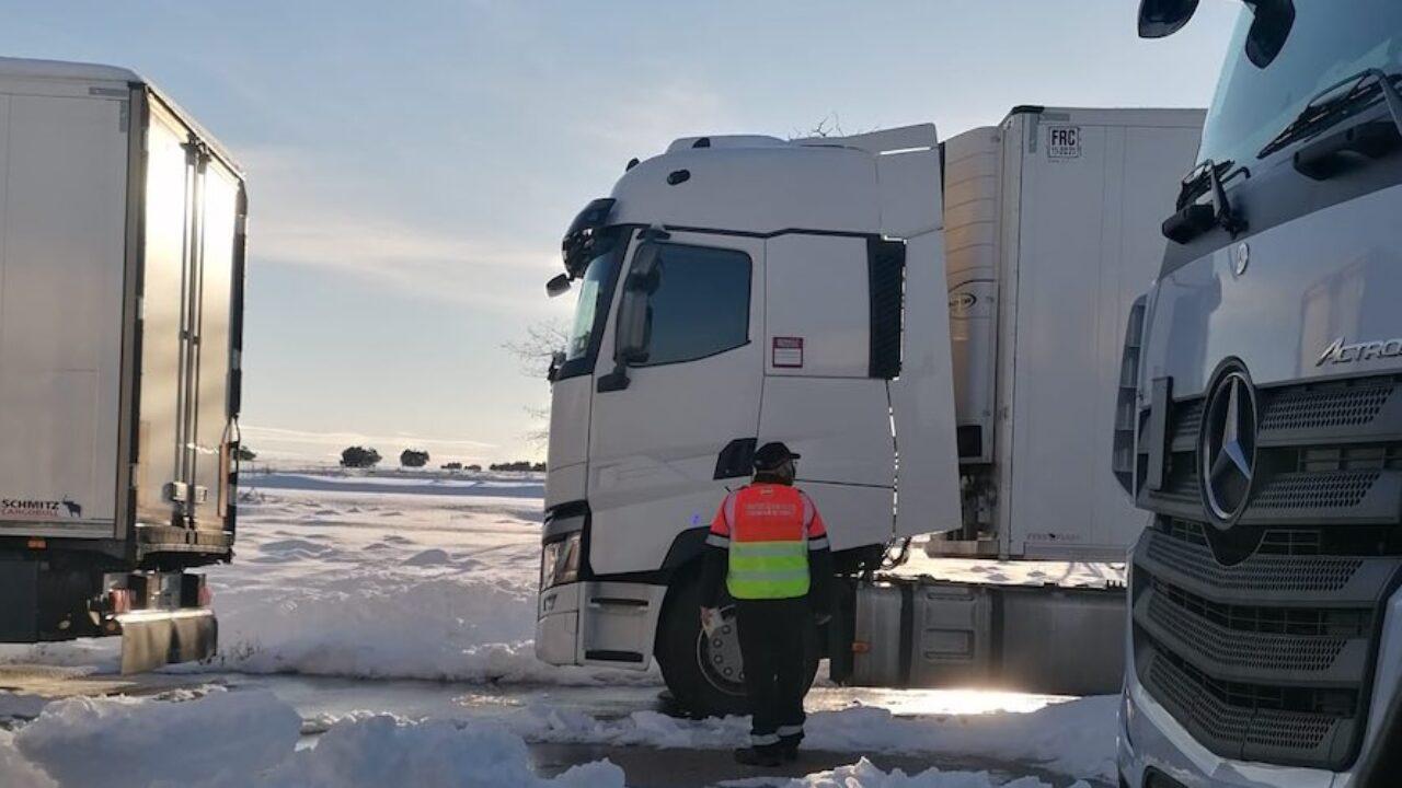 Los dispositivos de vialidad invernal siguen trabajando para garantizar el  abastecimiento